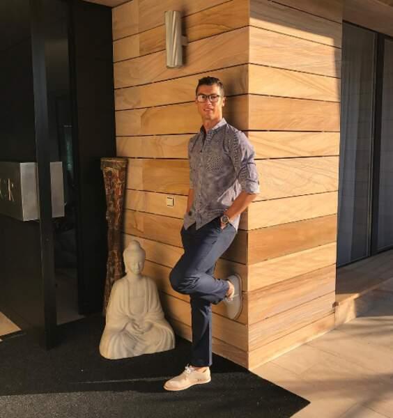 Cristiano Ronaldo tient la pose devant sa maison