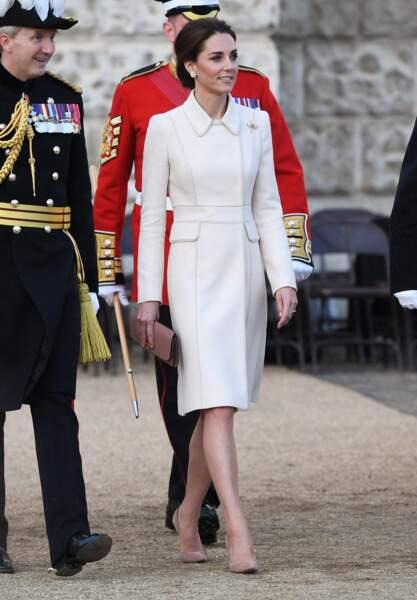 Kate Middleton très chic en manteau Catherine Walker et un chignon bas sophistiqué