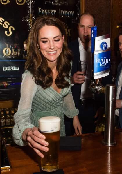 La duchesse de Cambridge, une barmaid de première classe