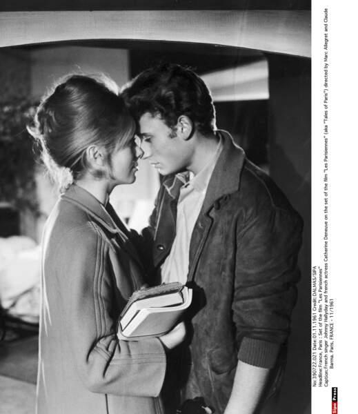 Johnny Hallyday et Catherine Deneuve, sur le tournage du film Les Parisiennes, en 1961.