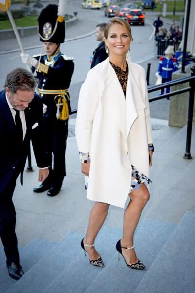 Madeleine en robe Erdem et souliers Dolce & Gabbana