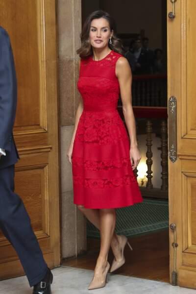 Pin-up, la reine Letizia d'Espagne choisit une robe flashy rouge à Oviedo. Chiquissime !