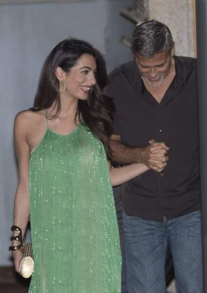Amal et George Clooney visiblement très amoureux et elle, très chic en Stella Mac Cartney