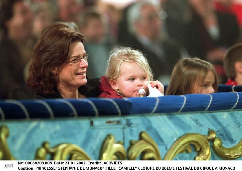 Stéphanie de Monaco avec ses filles Camille et Pauline au festival du cirque de Monaco, en 2002