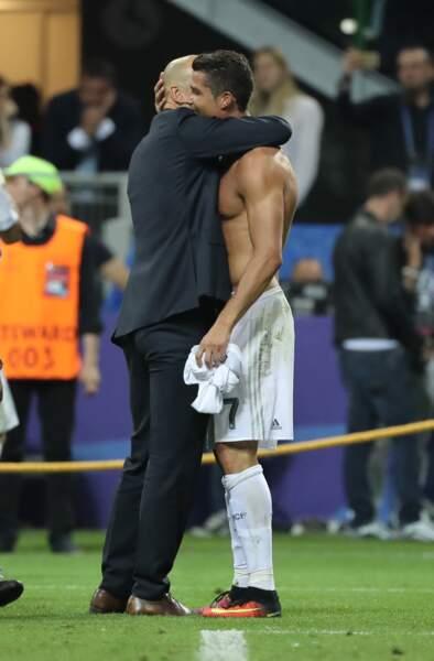 Etreinte passionnée entre Zizou et Cristiano Ronaldo juste après le but de la victoire - ABACA
