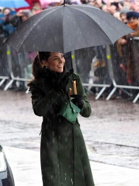 Kate Middleton n'a pas manqué de saluer le public qui attendait sous la pluie