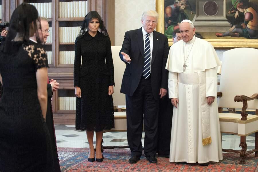 Melania Trump en ensemble en dentelle noire Ralph Lauren pour sa rencontre avec le Pape François le 22 mai 2017