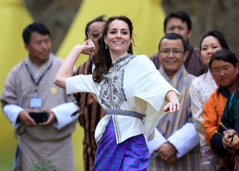 La duchesse de Cambridge s'essaye aux coutumes bhoutanaises