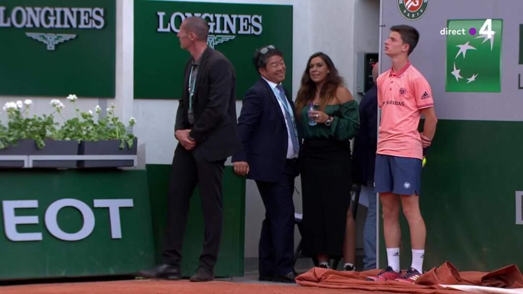 Marion Bartoli surprend en portant une robe de soirée et des baskets