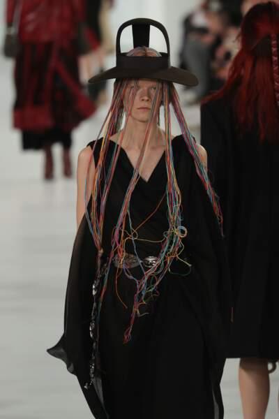 Déferlante de mèches tissées et chapeau inspiration Vivienne Westood, cette fois découpé