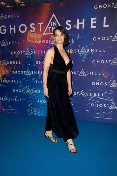 Elle a ravi l'attention des spectateurs et photographes, dans une robe longue en velours bleu navy Christian Dior