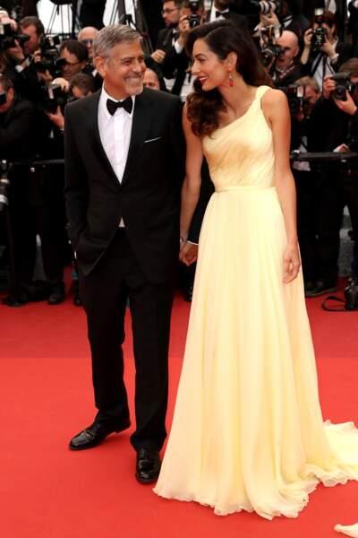 Amal Clooney radieuse à Cannes en 2016 dans une robe longue asymétrique