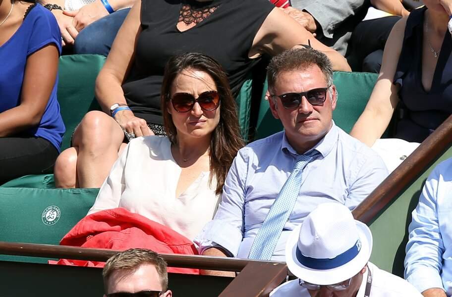 Pierre Sled et sa chérie scrute le match sur terre battue à Roland Garros