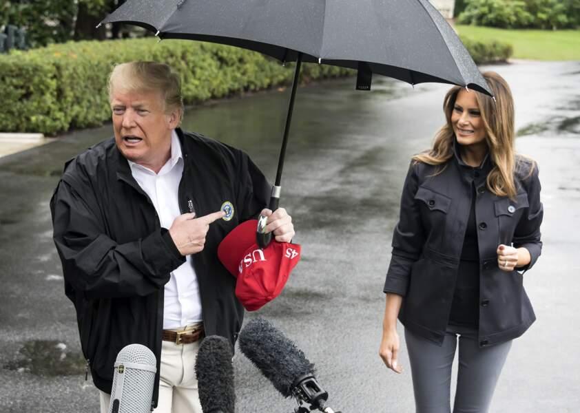 Melania Trump cherche une place aux côtés de son mari sous le parapluie près de la Maison Blanche