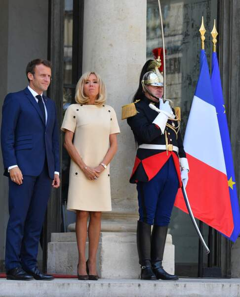 Brigitte Macron a pris un air sérieux et solennel sur le perron de l'Élysée