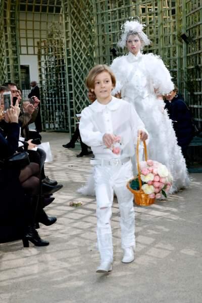Hudson semble parfaitement habitué à son rôle de special guest des défilés Chanel