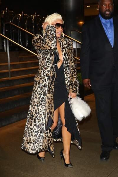 En manteau XXL, Nicki Minaj lors de la Fashion Week à New York.