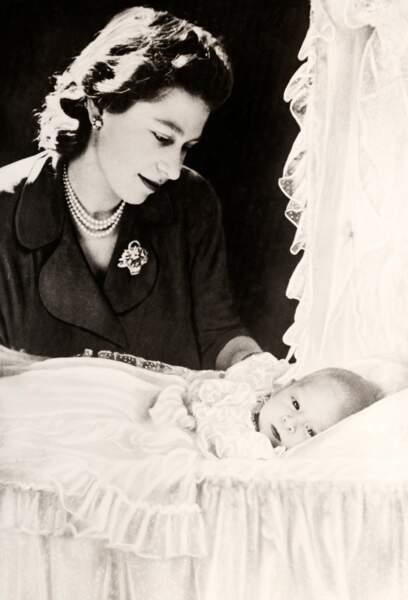 Elizabeth II, alors princesse Elisabeth d'York, pose avec son nouveau né Charles, en décembre 1948