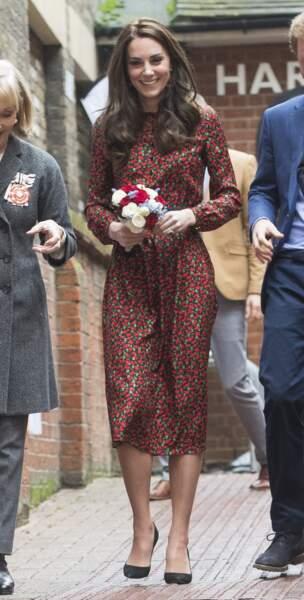 Princesse Kate lors des fêtes de Noël 2016 pour l'association Head Together, radieuse avec sa tenue fleurie