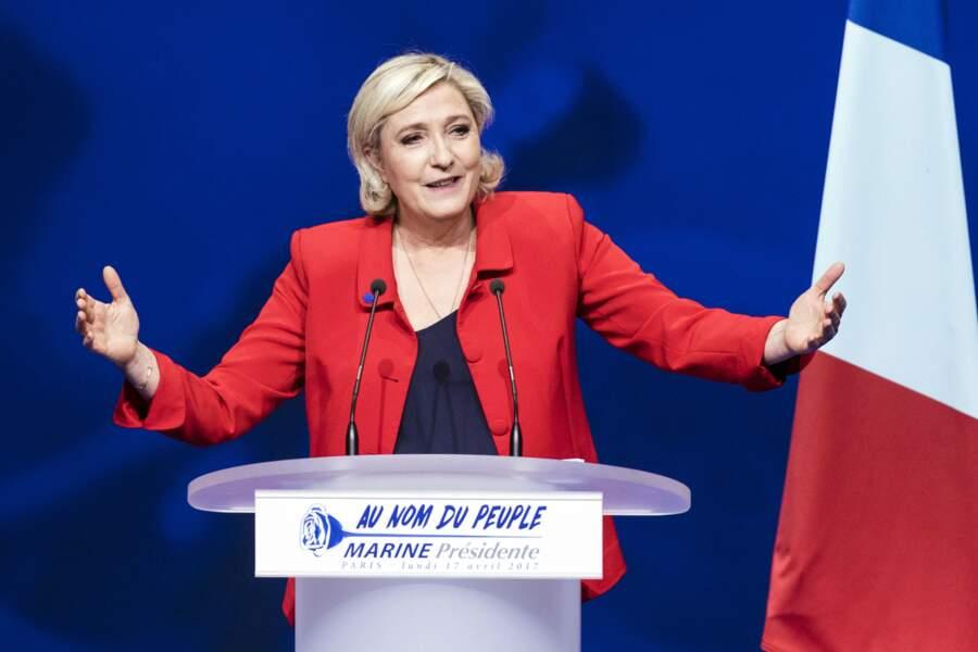 Marine Le Pen en blazer rouge lors d'un meeting à Lille