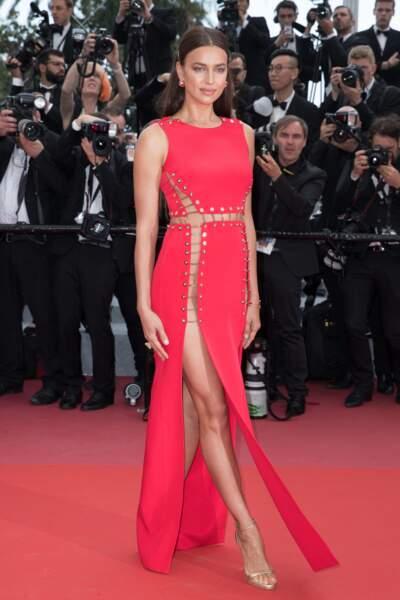 Irina Shayk monte les marches en robe rouge