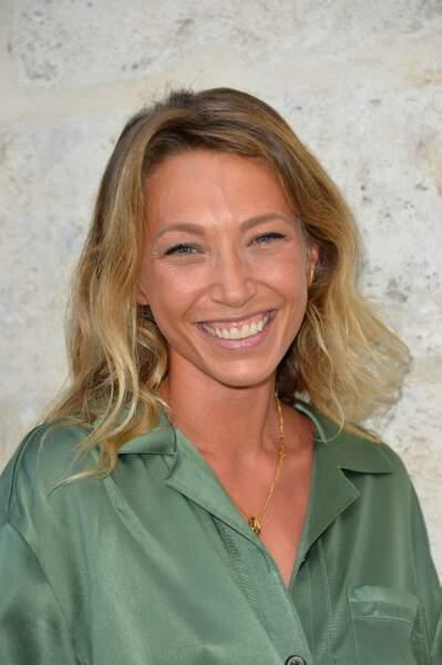 Laura Smet : de belles longueurs blondes encadrent son visage, mettant en valeur son bronzage et ses yeux bleus