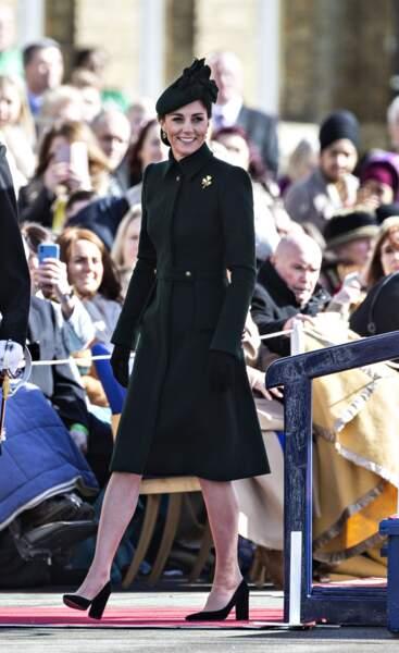 Kate Middleton radieuse dans un manteau vert signé Alexander McQueen lors de la St Patrick.