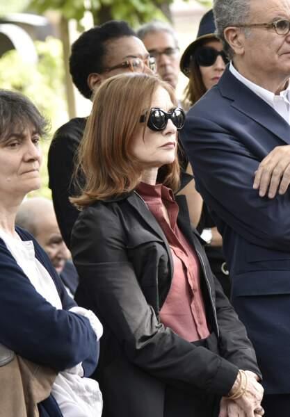 Isabelle Huppert, émue, lors des obsèques de Claude Lanzmann à Montparnasse, ce jeudi 12 juillet