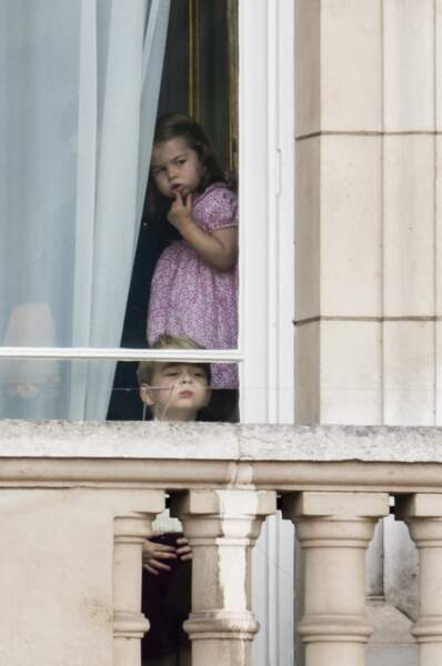 George et Charlotte regardent par la fenêtre