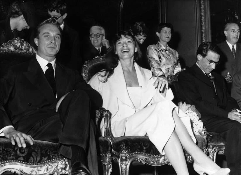 Juliette Gréco et Philippe Lemaire, lors de leur mariage à la mairie du 8e arrondissement de Paris, le 25 Juin 1953