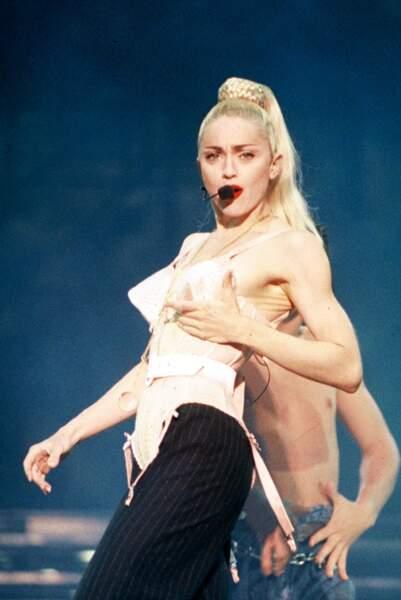 """Madonna et sa maxi queue de cheval haute tressée et corset JP Gaultier lors du """"Blonde Ambition Tour"""" en 1990"""