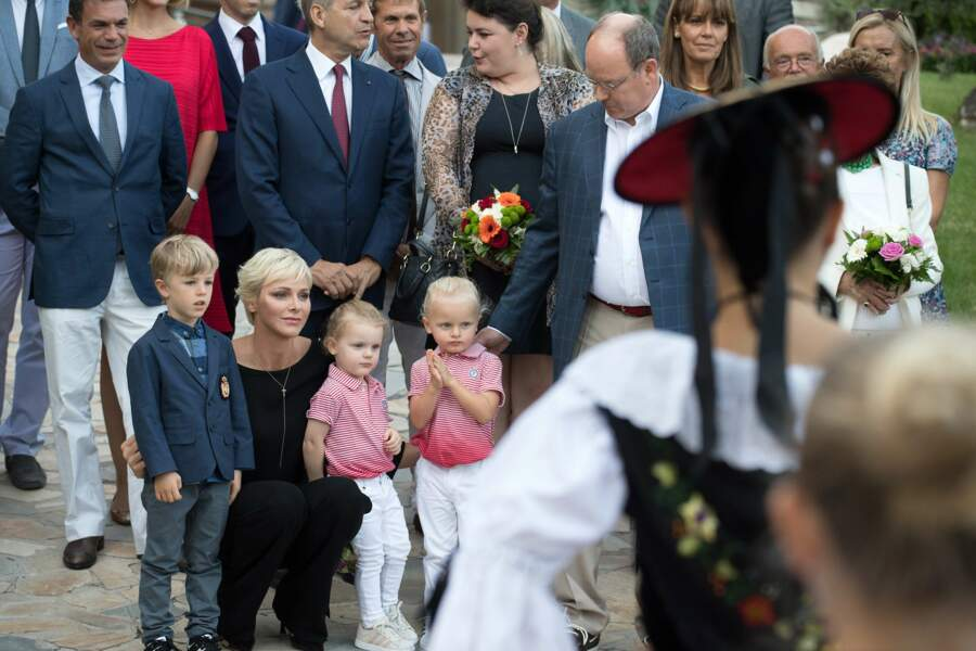 La petite famille est captivée par la danse folklorique et la mélodie jouée par les musiciens