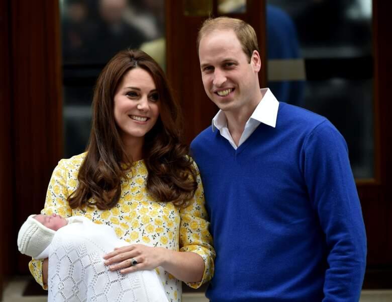William, Kate et la princesse Charlotte devant l'hôpital St-Mary le 2 Mai 2015