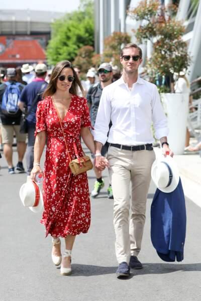 Pippa Middleton et son mari se baladent dans le village de Roland-Garros