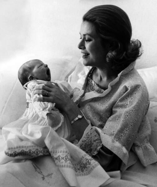 Première photo de la princesse Stéphanie avec sa mère, la princesse Grace, le 6 février 1965 à Monaco