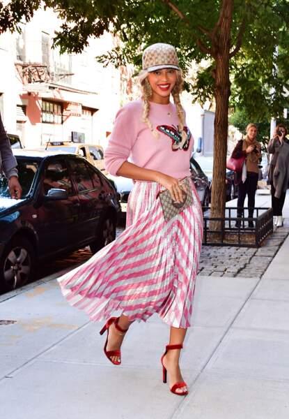 Dans les rues de New York c'est coiffée de tresses blondes que Beyoncé s'affiche tout sourire