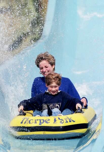 Lady Diana et le prince Harry font du toboggan aquatique à Thorpe Park en 1992