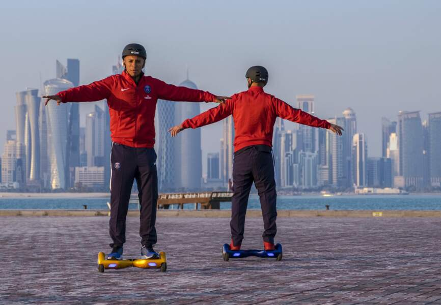 Layvin Kurzawa et Marquinhos s'essaient à l'hoverboard