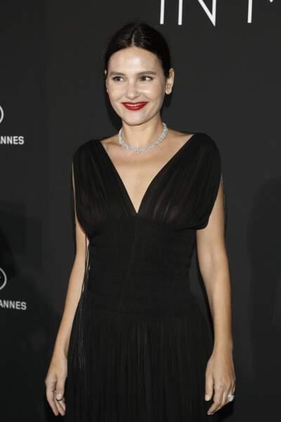 Virginie Ledoyen porte une robe quelque peu transparente