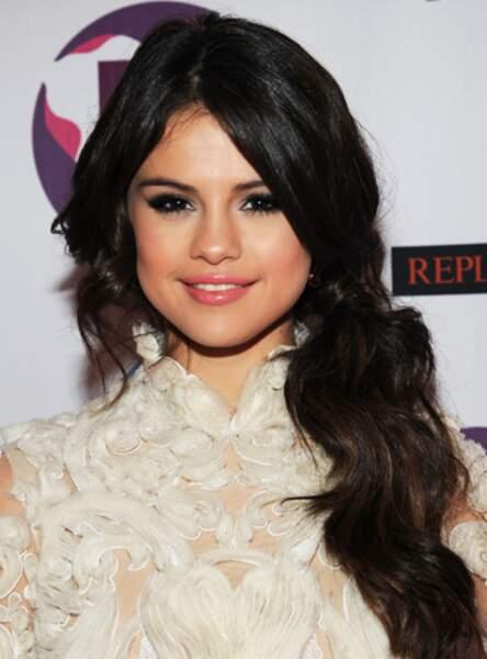 La queue de cheval sur le côté de Selena Gomez