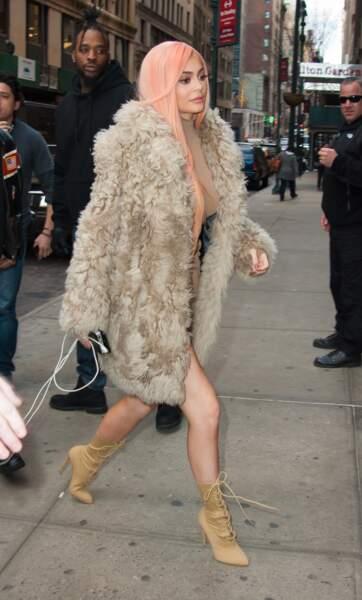 La soeur de Kendall n'a pas froid aux yeux avec sa mini robe moulante en plein hiver