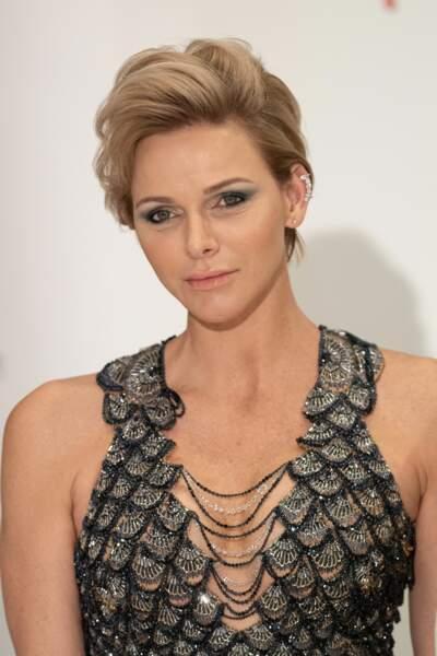 Charlène de Monaco sculpturale en robe sirène et boucle d'oreille originale