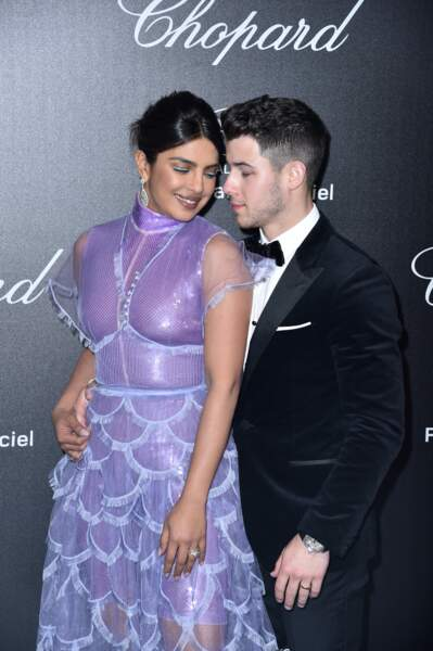 Nick Jonas prend son épouse Priyanka Chopra par la taille à Cannes, à la soirée Chopard