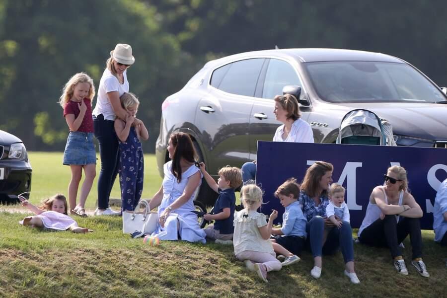 Le prince George tirant les cheveux de sa maman