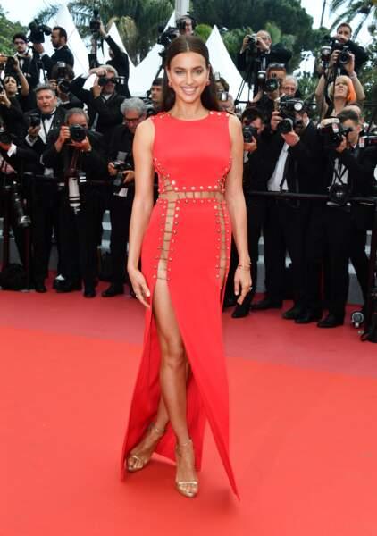 Les flash crépitent pour Irina Shayk sur le tapis rouge à Cannes