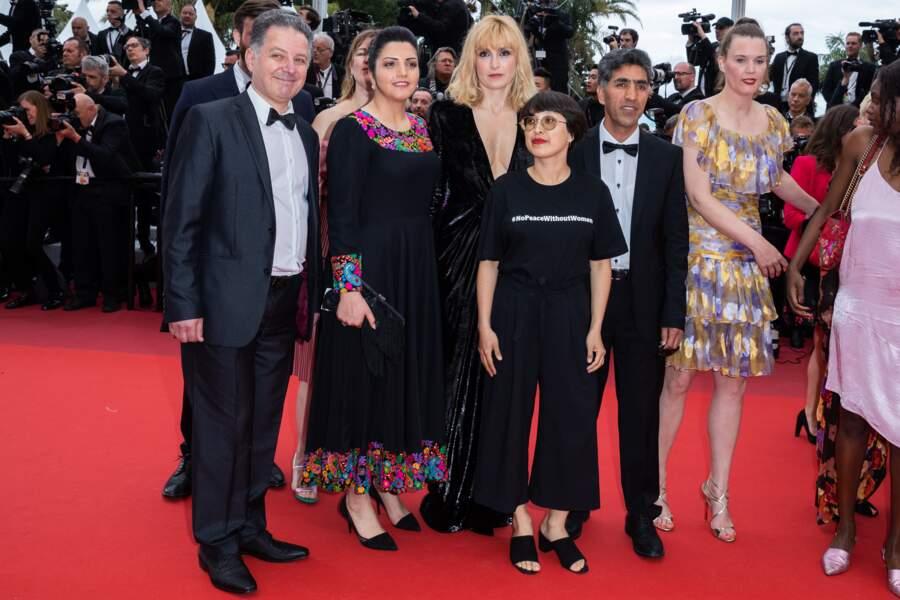 Julie Gayet a pris la pose sur le tapis rouge avant de monter les marches du palais des Festivals.