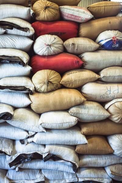 Les graines sont placées dans des sacs bien fermés pour éviter d'être pillées par les souris et les rats.
