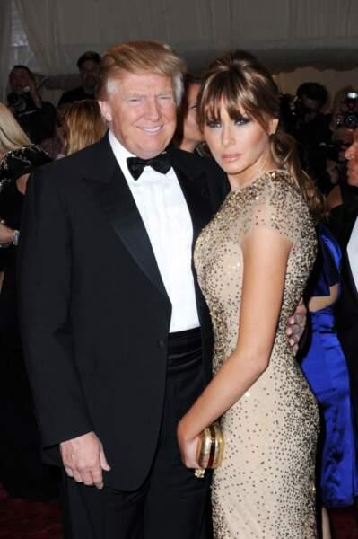 Melania Trump et son mari Donald lors du Met Gala à New York, le 2 mai 2011. Elle met en valeur ses formes avec une robe scintillante près du corps.