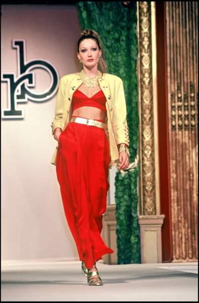 Carla Bruni séduit par sa fraîcheur. Ici, lors d'un défilé en 1993.