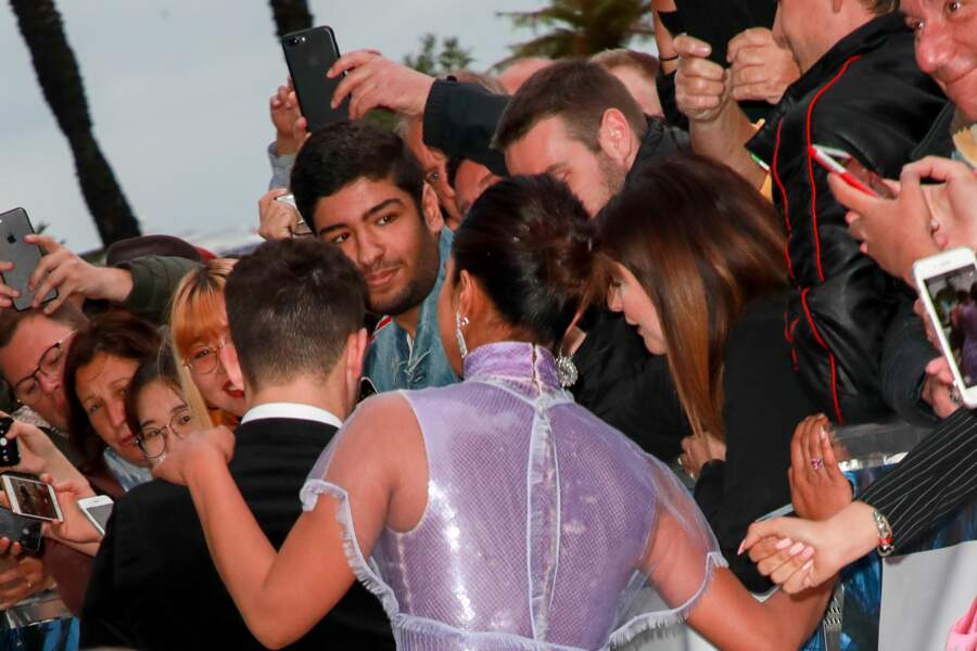 Priyanka Chopra et son mari Nick Jonas prennent un bain de foule devant l'hôtel Martinez